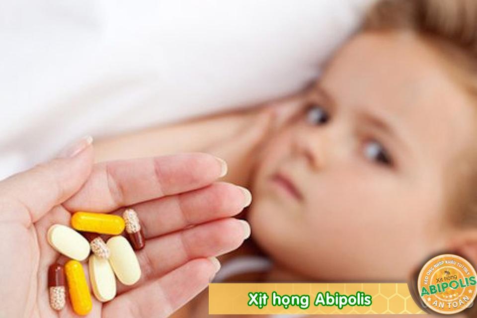 Cứ viêm họng là uống kháng sinh, hiệu quả kém mà hại con
