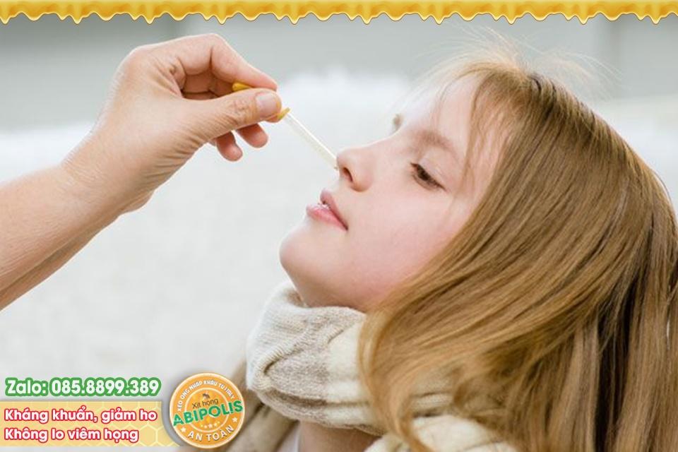 Ngạt mũi là triệu chứng rất hay gặp nhất là ở trẻ nhỏ. Như bạn chia sẻ những những triệu chứng có thể gặp của viêm mũi, viêm xoang nếu ngạt mũi cả hai bên mũi. Khi trẻ bị ngạt mũi cha mẹ có thể tạm thời sử dụng một số thuốc co mạch nhỏ mũi có tác dụng chữa ngạt mũi mà không cần đơn của bác sĩ. Các thuốc nhỏ mũi này tạm thời làm mất hoặc giảm triệu chứng ngạt mũi. Thuốc co mạch chữa ngạt mũi là chất kích thích thần kinh giao cảm, có tác dụng co mạch bằng cách làm giảm sưng và tắc nghẽn khi tác động lên màng nhầy như xylometazolin là chất giao cảm tác dụng lên những thụ thể alpha- adrenergic tại niêm mạc mũi, gây co mạch cục bộ ở mũi nên làm giảm sung huyết mũi. Hoặc naphazolin là một thuốc thuộc nhóm giao cảm, có tác dụng làm co mạch tại chỗ nhanh và kéo dài. Thuốc được chỉ định trong điều trị các triệu chứng như nghẹt mũi, sổ mũi, viêm mũi. Thuốc nhỏ mũi naphazolin có tác dụng co mạch đạt trong vòng 10 phút và kéo dài trong khoảng 2 - 6 giờ. Khi nhỏ thuốc vào niêm mạc mũi, trẻ sẽ cảm thấy mũi hết ngạt và dễ thở tạm thời. Tuy nhiên, bạn cũng cần lưu ý không nên dùng thuốc nhỏ mũi co mạch nhiều lần và liên tục để tránh bị sung huyết nặng trở lại, lâu dần gây nghiện thuốc nhỏ mũi. Khi nhỏ các thuốc co mạch trị ngạt mũi, sau 3 ngày không đỡ cha mẹ cần đưa trẻ đi khám bác sĩ chuyên khoa tai mũi họng để được tư vấn và chỉ định dùng thuốc phù hợp. Ngoài thuốc co mạch trị ngạt mũi dùng tại chỗ, các bác sĩ có thể kết hợp sử dụng thêm các thuốc co mạch mũi đường uống toàn thân và các thuốc khác khi cần thiết. PGS.TS.BS. Phạm Thị Bích Đào Theo sức khỏe đời sống