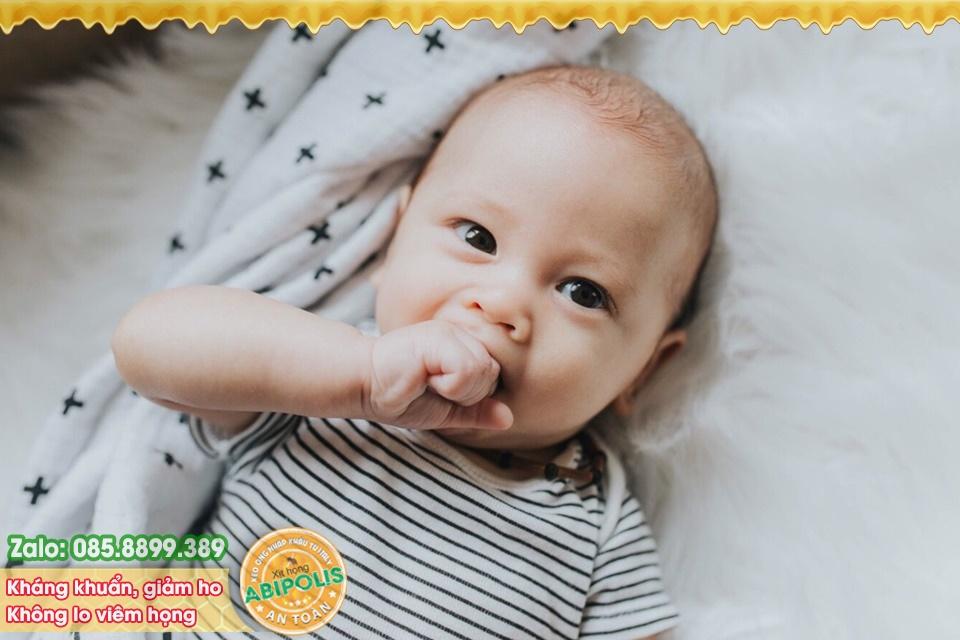 Trẻ dưới 5 tuổi thường xuyên viêm hô hấp, có nên dùng kháng sinh