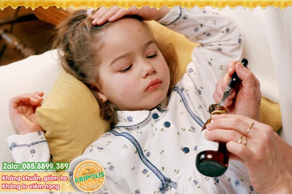 Bác sĩ chỉ rõ dấu hiệu trẻ bị viêm họng, viêm phế quản và cách phòng ngừa