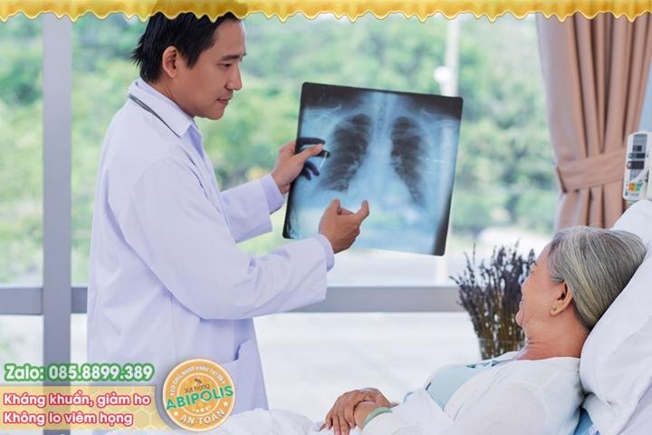 Viêm phổi ở người cao tuổi, thận trọng những biến chứng nặng nề